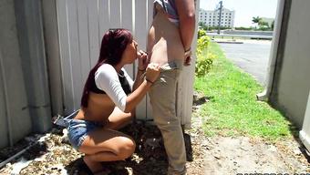 Крашеная потаскушка сосет жилистый член пикапера за забором