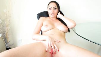 Привлекательная дамочка с большими дойками ласкает письку перед вебкой